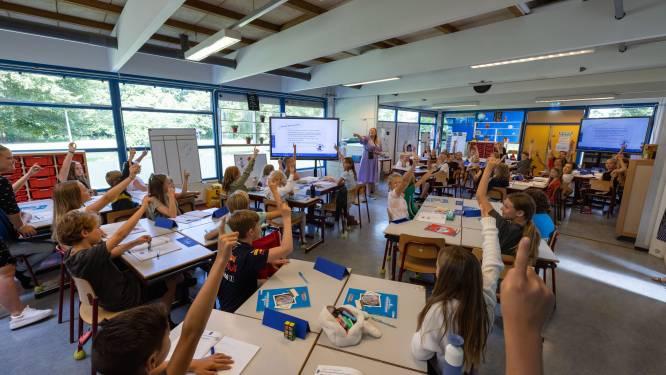 Juf Sabine geeft les aan een megaklas: liefst 51 (!) kinderen zitten bij haar in groep 8