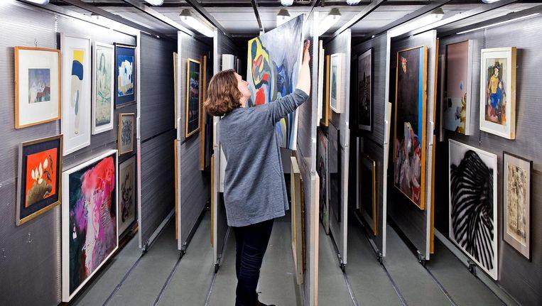Kamerleden kunnen bij het kunstdepot van de Tweede Kamer ook kunstwerken lenen om in hun werkkamers te hangen. Beeld Guus Schoonewille