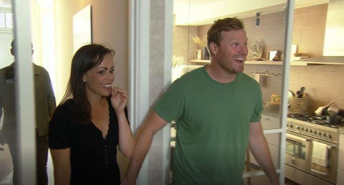 Naomi en Damian zien hun nieuwe woonkamer voor het eerst.