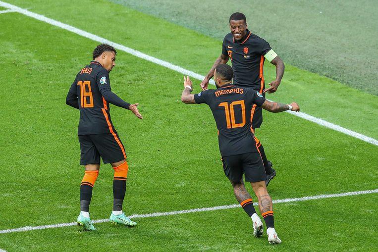Donyell Malen, Memphis Depay en Georginio Wijnaldum vieren de 3-0 van Wijnaldum tegen Noord-Macedonië. Beeld PIETER STAM DE JONGE/ANP