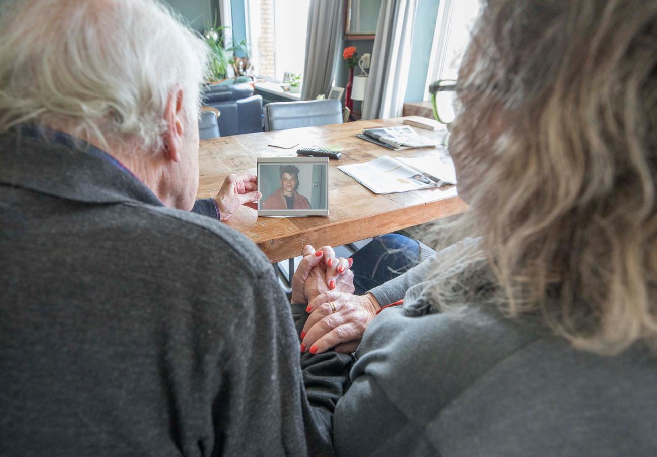 Chris en Karien van der Linden kijken naar een foto van Joost.