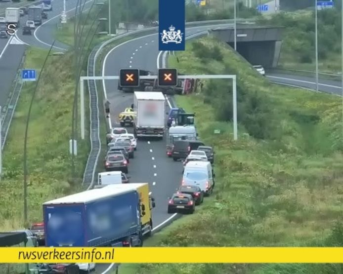 Door een ongeval met een vrachtwagen is de N2 bij Eindhoven gesloten.