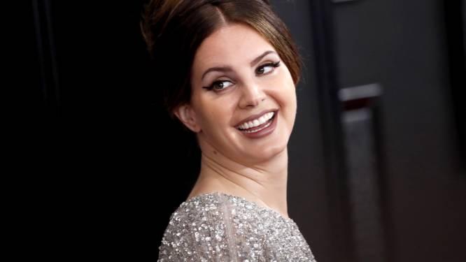 Zo moet het dus niét: Lana del Rey maakt fans boos met visnet-mondmasker