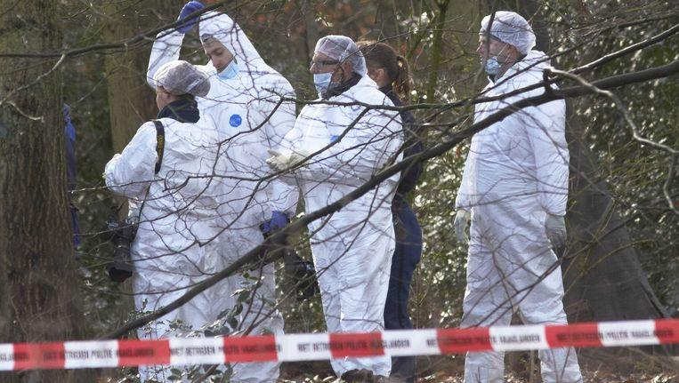 Politie zochtnaar sporen in het Wassenaarse bos, waar een lichaam is gevonden tijdens de zoekactie naar de vermiste Anass Aouragh Beeld ANP