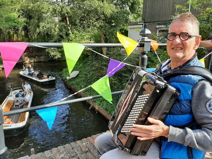 Albert uit Boxtel speelde op zijn accordeon op de brug in de Zusters van Orthenpoort