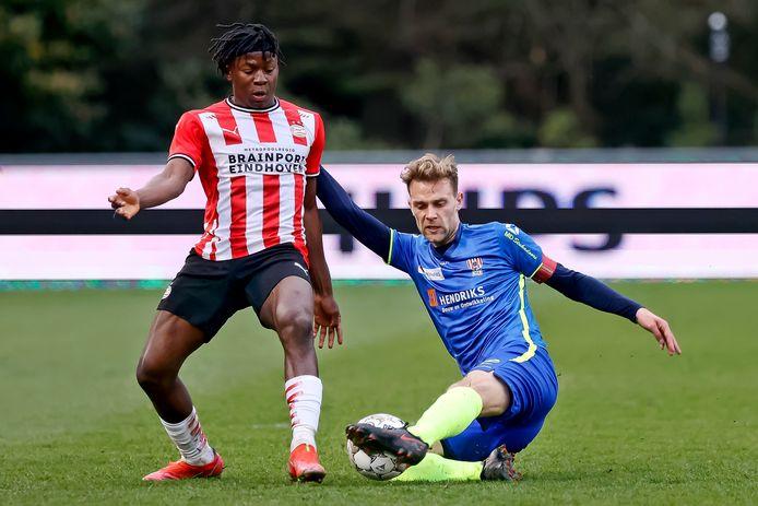 Johan Bakayoko van Jong PSV in duel met Rick Stuy van den Herik van TOP Oss.