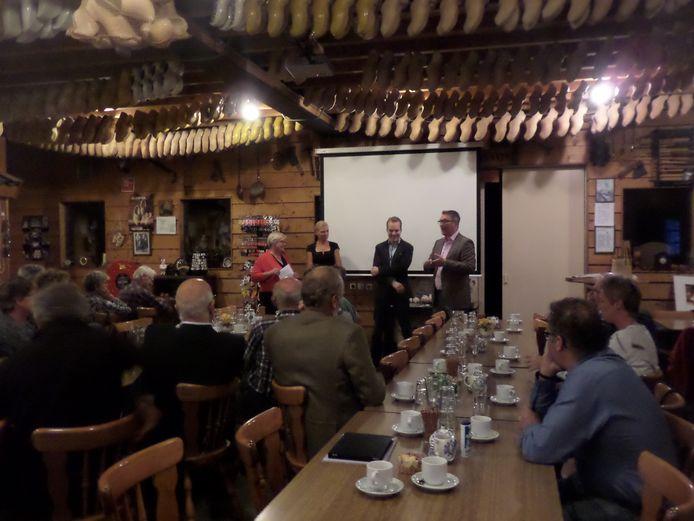 De drie wethouders van de Altena gemeenten in gesprek met Hannie Visser-Kieboom (l)