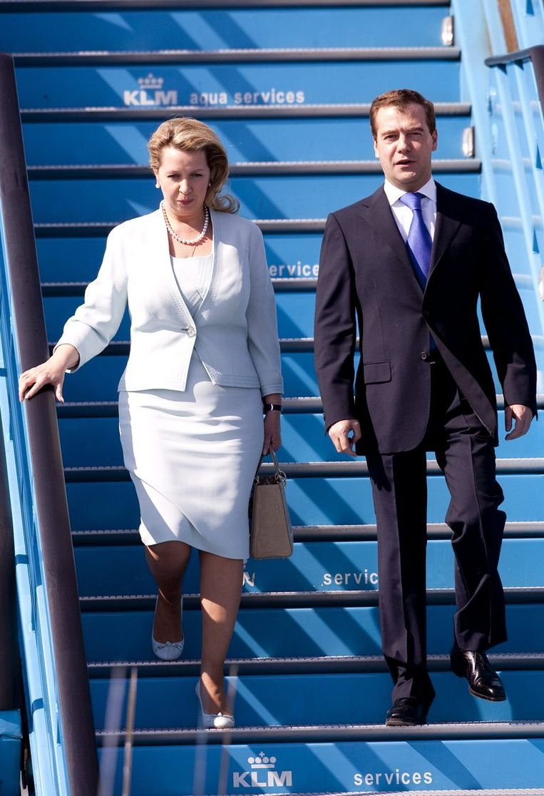 President Dmitri Medvedev (R) en zijn vrouw Svetlana Medvedeva arriveren op Schiphol. Foto ANP Beeld