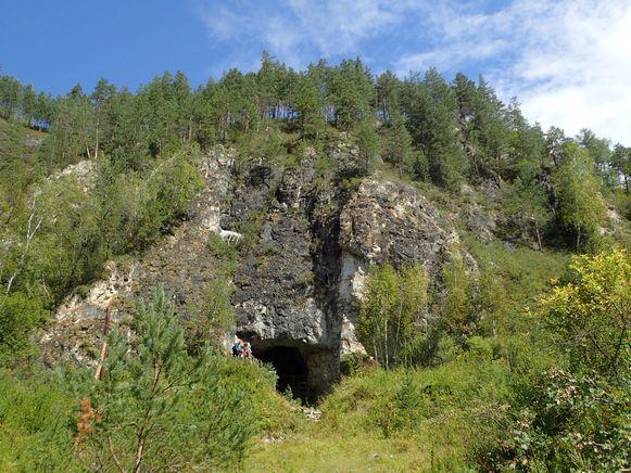 De ingang van de Denisova-grot in Siberië, waar bewijzen werden gevonden van uitgestorven mensensoorten.