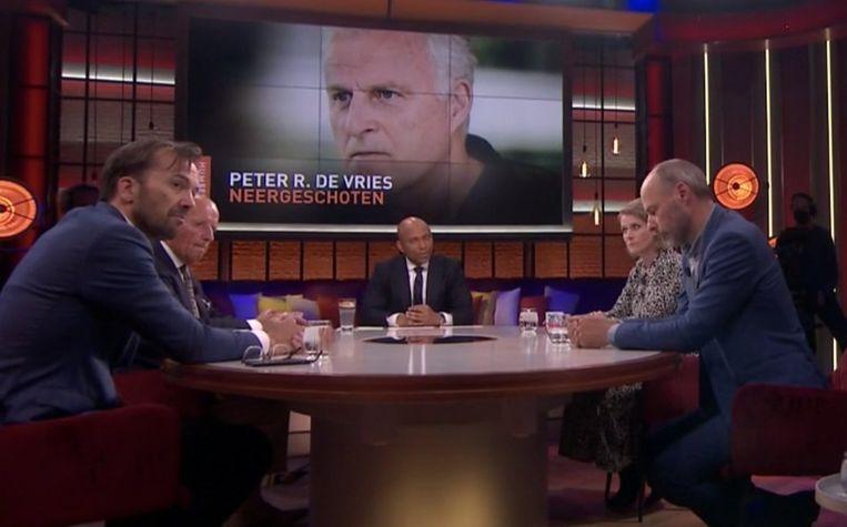 Aan tafel bij Humberto Tan wordt de aanslag op Peter R. de Vries besproken. Beeld RTL
