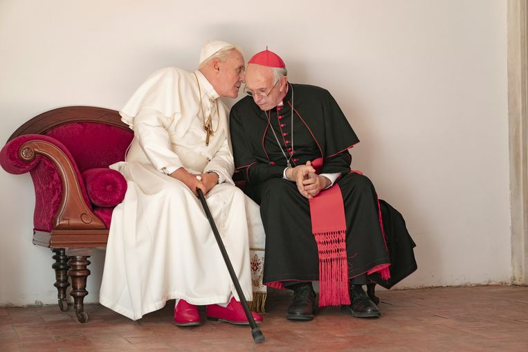 Anthony Hopkins en Jonathan Price in 'The Two Popes'.  Beeld AP