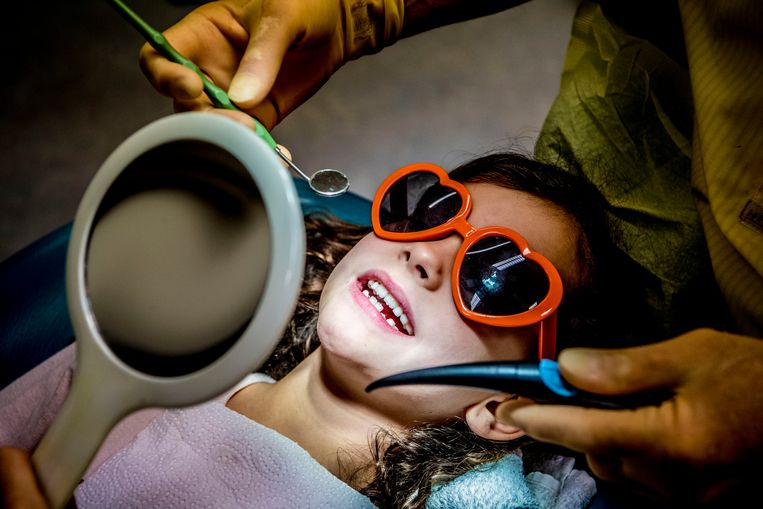 Vaak is een tandartsverzekering niet nodig. Als u aan reiniging en twee keer per jaar controle genoeg heeft, dan bent u meer kwijt aan premie dan aan de tandartsrekening. Beeld Hollandse Hoogte