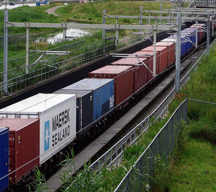 Archieffoto van de Betuwetrein over het spoor langs Papendrecht.