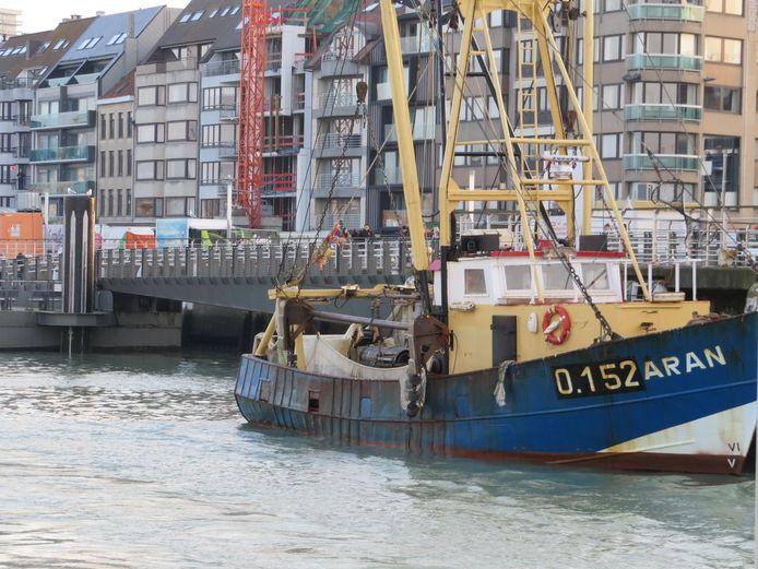 Een vissersboot in het Montgomerydok in Oostende