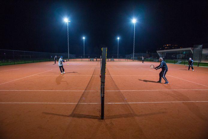 Alle banen zijn bezet op Tennis en Padel Doesburg.