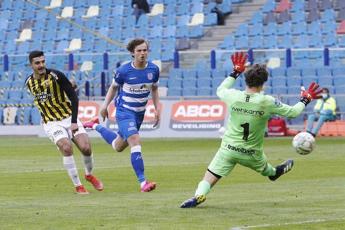 Broja zet Vitesse op 1-0. Debutant Van den Berg is te laat.