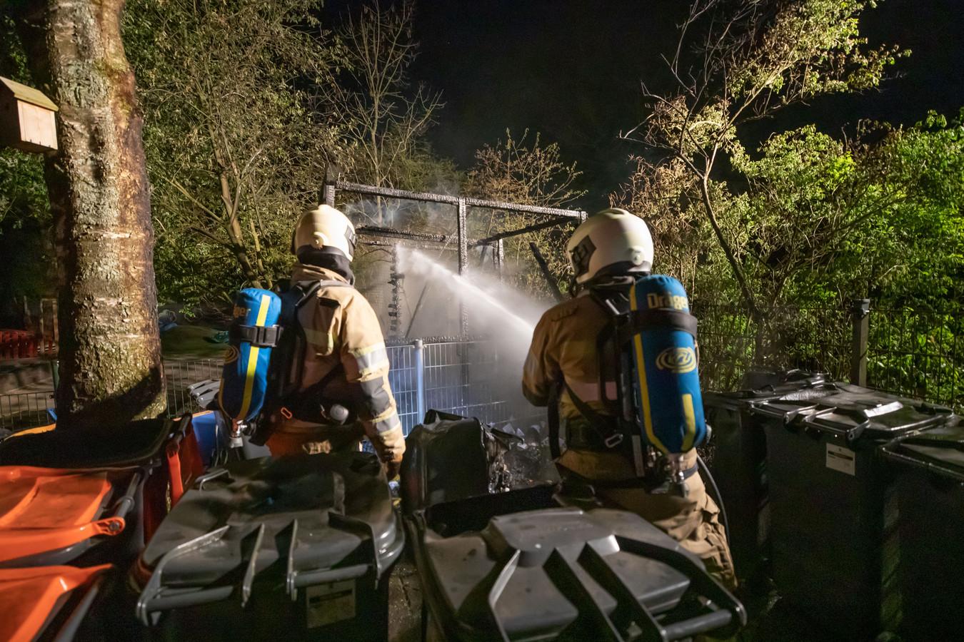 De brandweer in Eemnes moest uitrukken voor een brand in een fietsenberging bij een basisschool.