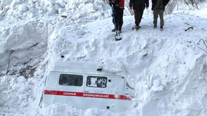 Une avalanche a enseveli cette ambulance mercredi.