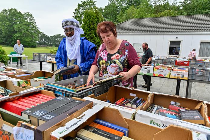 15-06-2017 - Oudenbosch - Foto: Pix4Profs/Peter Braakmann - boekenmarkt van Homico in de vroegere VES kantine. (Foto: rechtes Janka de Vries van  St Walanta en Mohamed ag Hamid uit Mali)