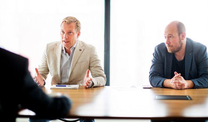 Verslaggevers Koen Voskuil (L) en Yelle Tieleman in gesprek met Theo Hofstee en Raffi van den Berg.