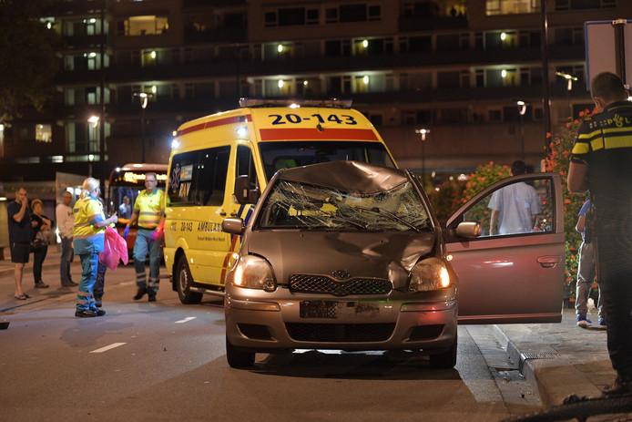 De fietser raakte gewond bij het ongeluk doordat hij op de voorruit van de auto terecht kwam.