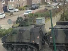 En dan rijdt ineens het leger door de straat