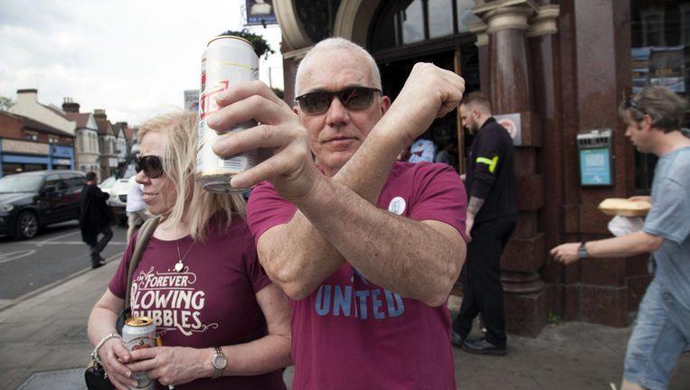 Supporter Colin Watson kruist de armen, zoals de hamers in het logo van West Ham United Beeld