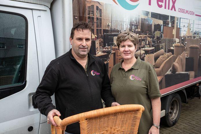 Albert en Marjanne Felix van hun gelijknamige kringloopbedrijf in IJsselmuiden krijgen steeds meer aanvragen voor ontruimingen van woningen.