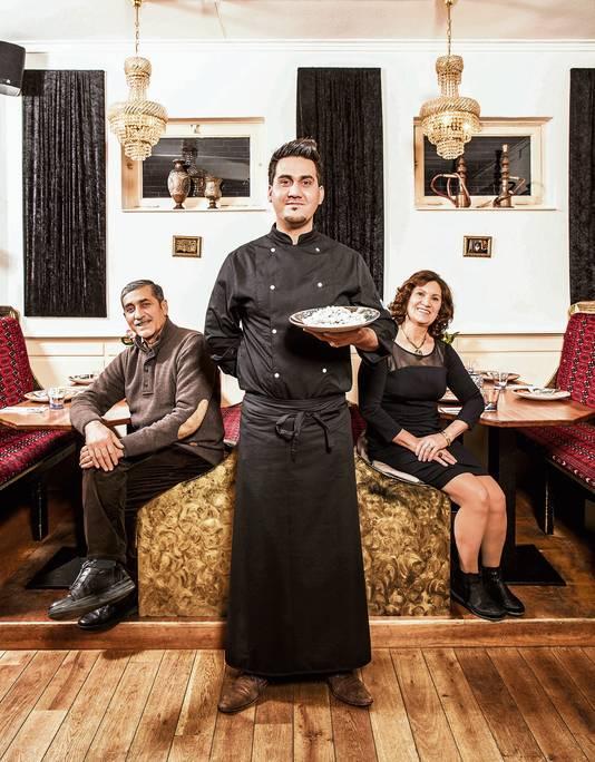 Wali Alizadah samen met zijn vader Mohammad en moeder Karima in restaurant Sarban.