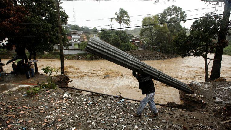 Door zware regenval zijn in Costa Rica veel woningen weggespoeld. Rivieren zijn buiten hun oevers getreden en wegen zijn geblokkeerd.