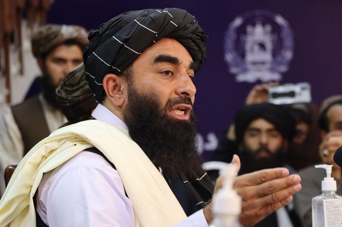 Zabihullah Mujahid, porte-parole des talibans, s'entretient avec des journalistes lors d'une conférence de presse à Kaboul, en Afghanistan, le 17 août 2021. Les nouveaux dirigeants talibans qui ont pris le pouvoir en Afghanistan ont déclaré qu'ils ne chercheraient pas à se venger de ceux qui les ont combattus et qu'ils protégeraient les droits des femmes afghanes dans le respect des règles de la charia.