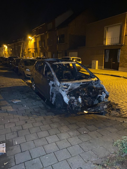 De wagen in de Druifstraat brandde volledig uit