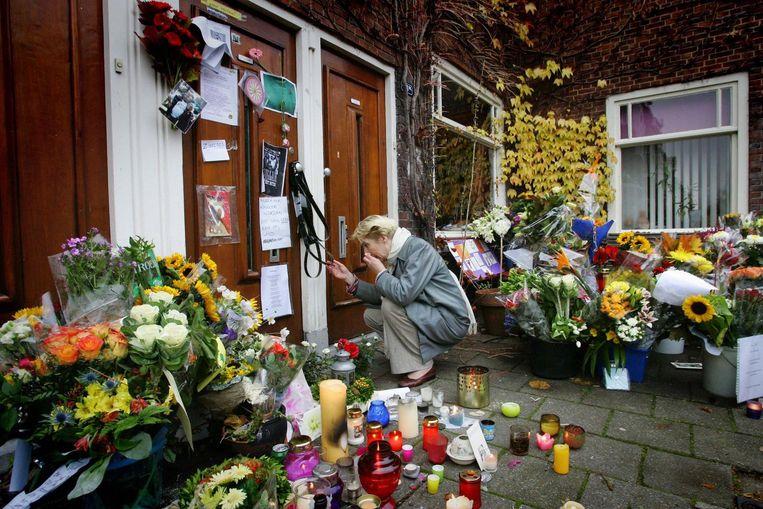 Voor de deur van het huis van Van Gogh in de Pythagorasstraat ontstond daags na de moord een bloemenzee Beeld anp