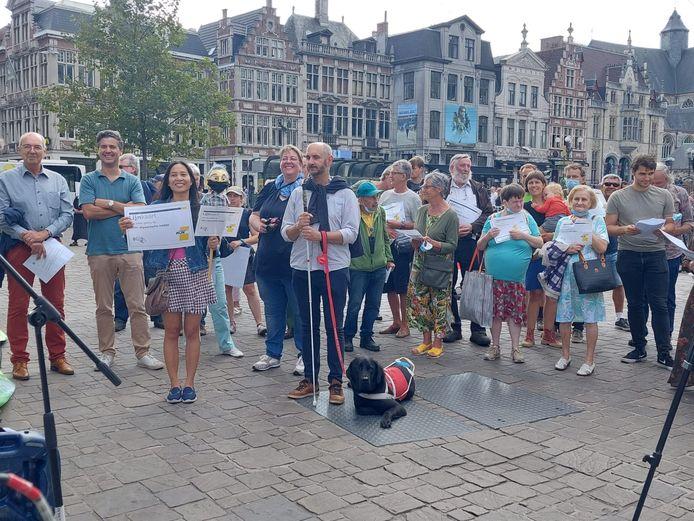Protest aan de Sint-Niklaaskerk tegen de schrapping van 5.000 bushaltes in 2022.