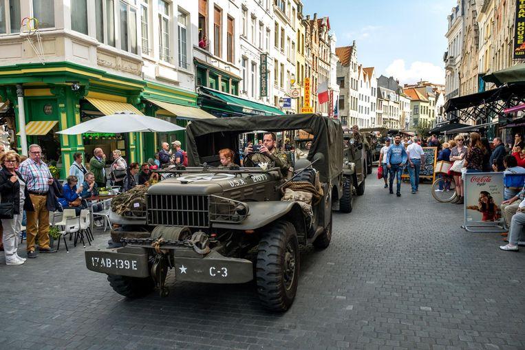 De legerauto's reden door het centrum.