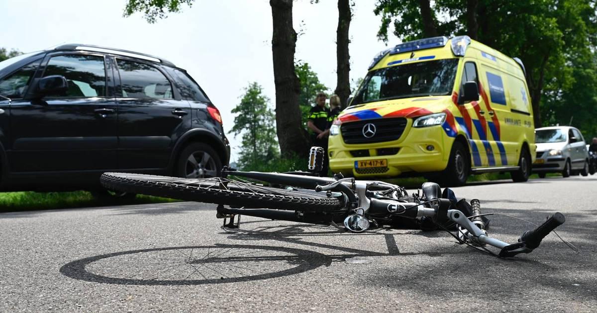 Fietser en motorrijder gewond bij botsing in Almelo.