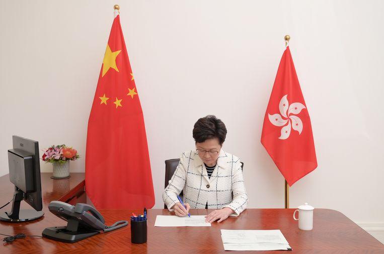 Carrie Lam, CEO van Hongkong, zet haar handtekening onder de omstreden veiligheidswet.  Beeld via REUTERS