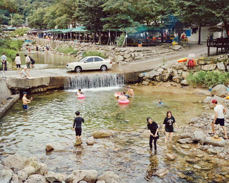 'sZomers is het heerlijk verkoelen in het enorme waterpark in Baekun Valley, waar de barbecuerestaurants hun tenten hebben opgezet. Beeld Seunggu Kim/INSTITUTE