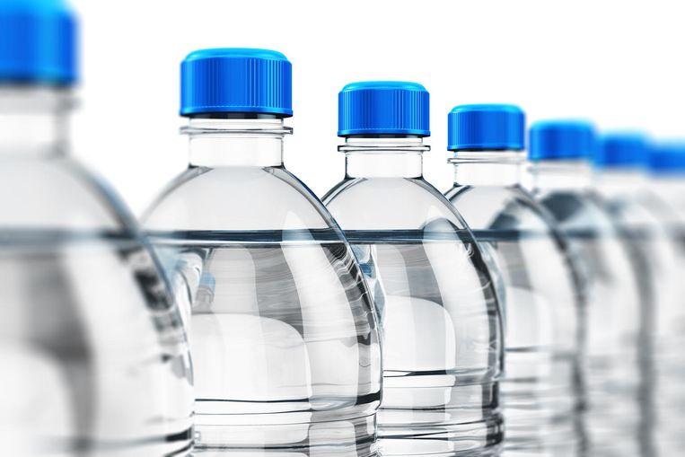 Campagnes om wegwerpplastic tegen te gaan blijken in de zomer niet zo succesvol. De afgelopen maand steeg de verkoop van flessenwater tot een record Beeld thinkstock