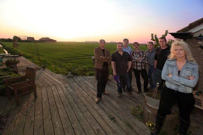 Buurtbewoners van de Boompjesdijk en Schenkeldijk bijeen in de tuin van Karin Starmans. De actiegroep 'Handen af van de polder!' stroopt de mouwen op. Bewoners accepteren geen windturbines die zicht ontnemen in de Anna- en Drievriendenpolder.foto Chris van Klinken/het fotoburo