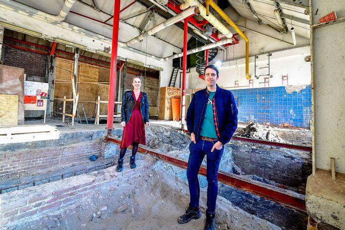 Rector Linda Waals en conrector/leraar Duits Chris van den Berg in het ketelhuis van het Zuiderziekenhuis. Het wordt de kantine van het Zuider Gymnasium.