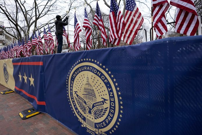 Vlaggen worden opgehangen op Pennsylvania Avenue ter voorbereiding van de inauguratie van Joe Biden als president van de Verenigde Staten.