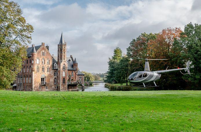 De cast arriveerde per helikopter.