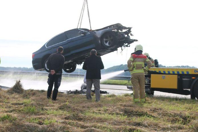 De auto die total loss raakte werd afgevoerd.
