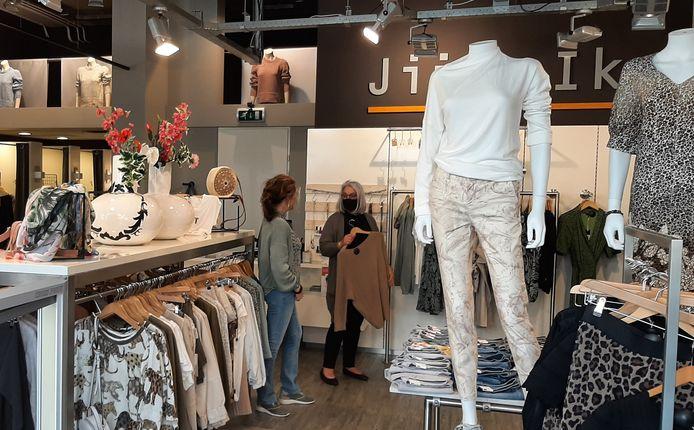 Hanny Geerlings (rechts) maakt de eerste dag dat het mag meteen gebruik van de mogelijkheid om weer te gaan winkelen bij Jij & Ik.