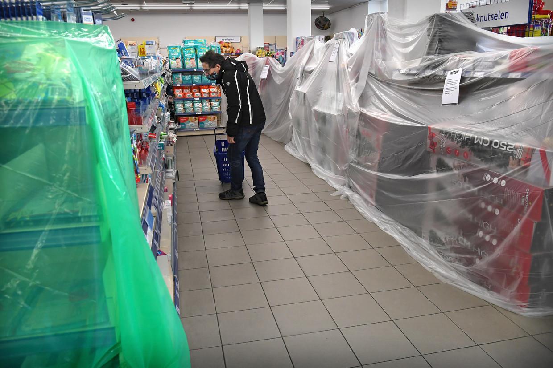 De Action probeert open te blijven door plastic te hangen over alle niet-essentiele producten. Later blijkt dit toch niet de bedoeling. Beeld Marcel van den Bergh / de Volkskrant