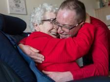 Een knuffel, een afscheidskus: het mag weer!