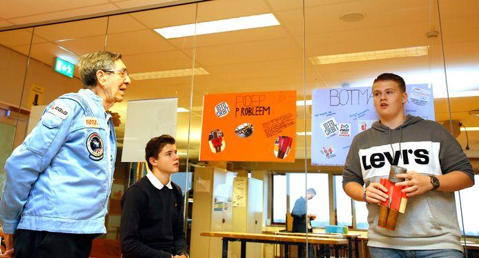 Astronaut Lodewijk van den Berg bezoekt het Technasium, deze leerlingen presenteren een oplossing voor het poepprobleem.