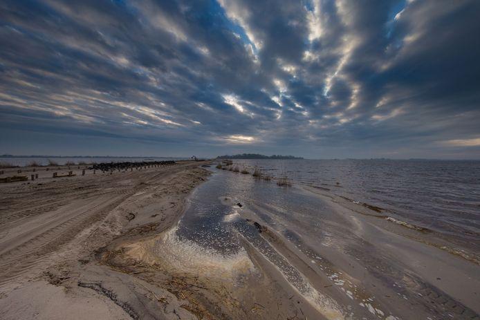 De aanleg van eiland De Snorre in het Zwarte Meer, enkele jaren geleden. Om zowel boven als onder water nieuw leefgebied voor vogels, vissen en waterdieren te scheppen.