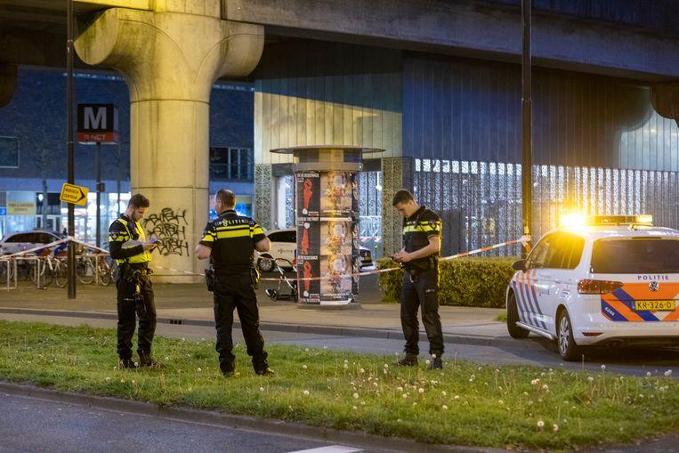 Bij het metrostation Kraaiennest in Amsterdam-Zuidoost doet de politie onderzoek naar de schietpartij. Beeld Michel van Bergen
